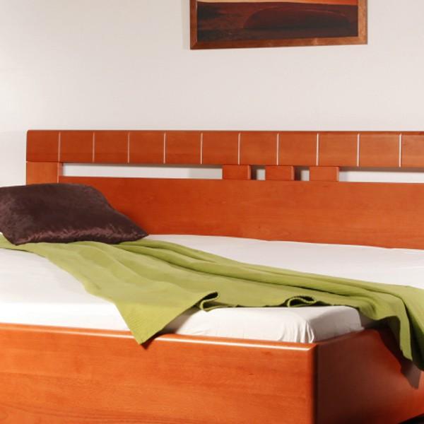 Postel VAREZZA 1 - zvýšená postel, průběžný buk masiv LAK č,20 třešeň