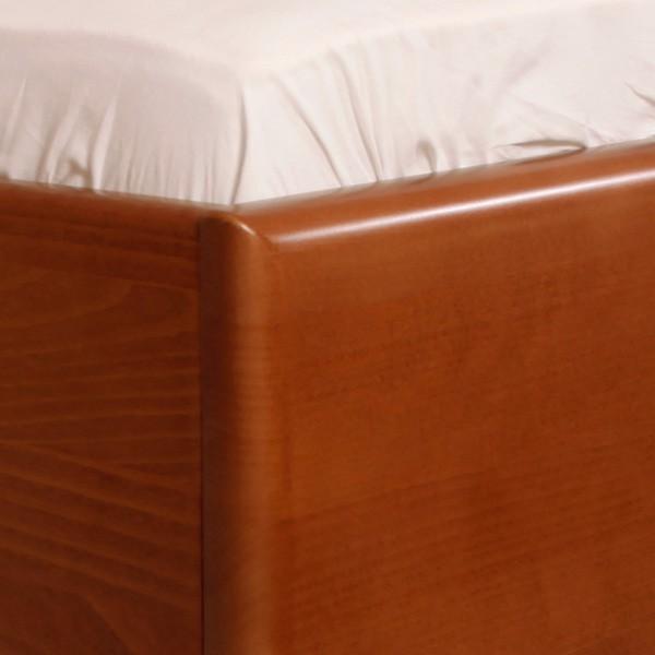Postel VAREZZA 7 s úložným prostorem - detail zaoblených hran na přední noze, masiv buk průběžný LAK č.20 třešeň