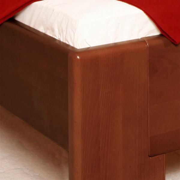 Zvýšená postel DELUXE 4 - detail přední nohy, masiv buk průběžný lak č. 30 tabák