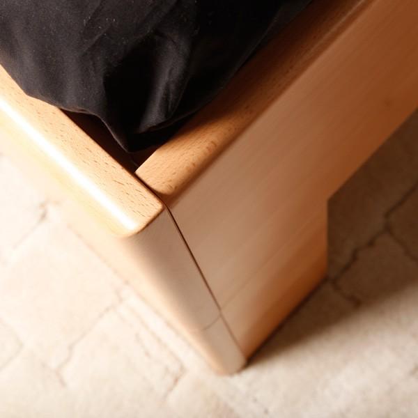 VAREZZA 1 - detail přední nohy a zaoblených hran, masiv buk průběžná lamela LAK č. 10 - přírodní
