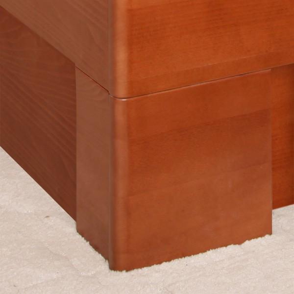 Postel VAREZZA 5 s úložným prostorem - detail přední nohy, masiv buk průběžný LAK č.20 třešeň