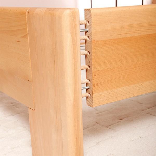 pevné šroubované spojení postranic s čelem postele zabraňuje nežádoucímu vrzání.