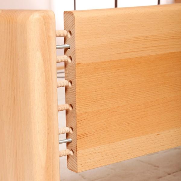 Detail pevného šroubovaného spojení postranice s čelem postele.