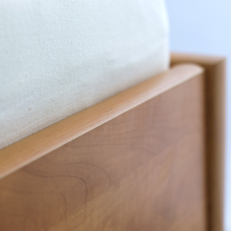 Jednolůžko TINA lamino - dekor hrušeň planá, detail přední bočnice, BMB