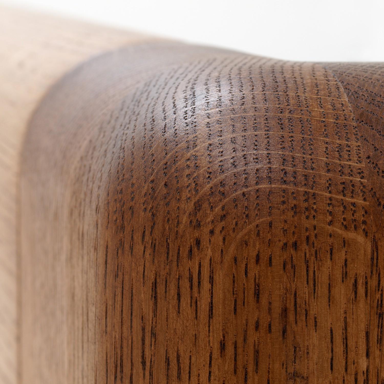Zvýšená postel ADRIANA VÝKLOP masiv dub - detail předního čela u nohy, provedení dub průběžný v odstínu palisandr, BMB