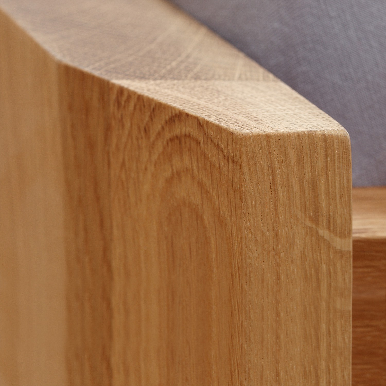 Zvýšená postel ELLA FAMILY masiv dub - detail zkosení na předním nízkém čele, provedení dub průběžný natur, BMB