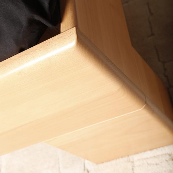 VAREZZA 2 - detail přední nohy a zaoblených hran, masiv buk průběžná lamela LAK č. 10 - přírodní