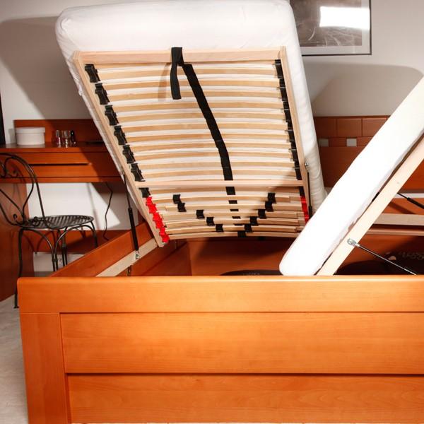Ukázka funkce čelního výklopného roštu (pro postel je použito ilustrační foto)